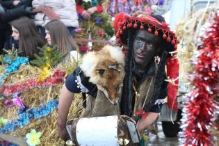 Сумасшедшие костюмы и удивительные персонажи. Красноильск традиционно зрелищно отпраздновал Маланку