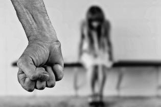На Киевщине мужчина развращал свою 13-летнюю дочь и торговал порнографией с ней