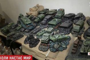 На самісінькій межі в АТО місцева майстриня виготовляє сувеніри для українських військових