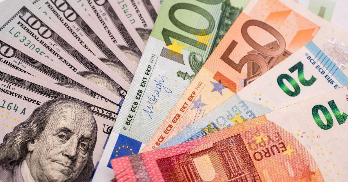 Доллар и евро дешевеют: курсы валют Нацбанка и в обменниках 5 ноября