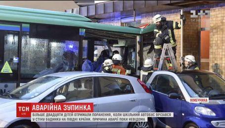 В Германии школьный автобус врезался в стену дома, есть пострадавшие
