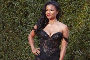 Прозрачные платья, пайетки и смелые декольте: 7 эффектных образов на церемонии NAACP Image Awards