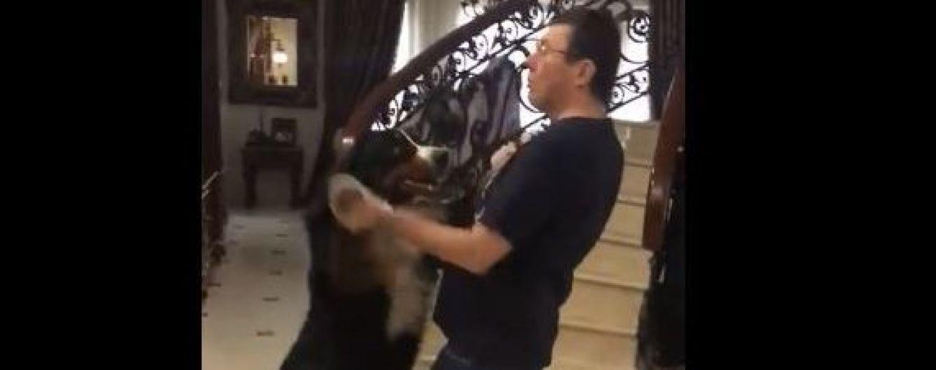 В Сети набирает обороты видео, на котором генпрокурор танцует со своей собакой