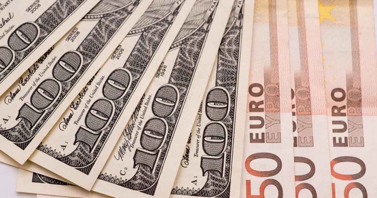Долар і євро здешевшали у курсах Нацбанку на 30 січня. Інфографіка