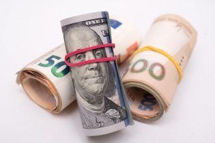 Доллар подешевел, а евро подорожал в курсах Нацбанка на четверг. Инфографика