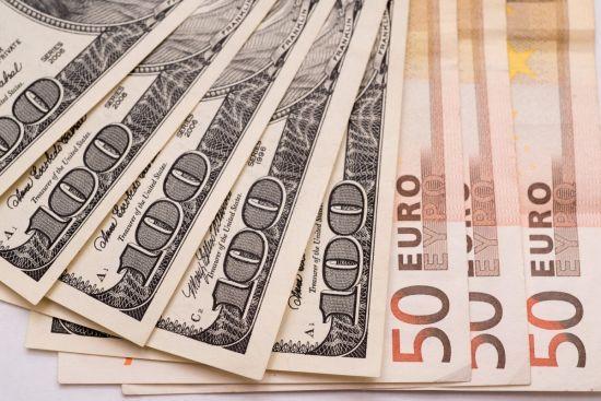 На міжбанку дешевшають долар та євро