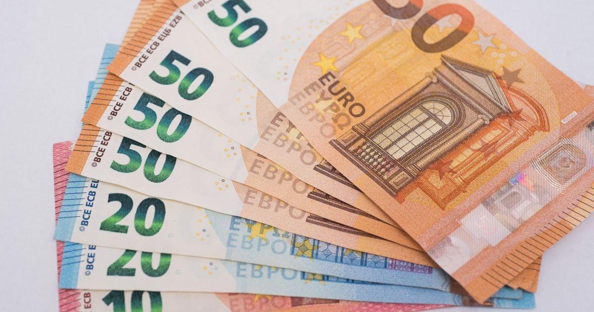 Евро снова подорожал до нового рекорда в курсах Нацбанка. Инфографика