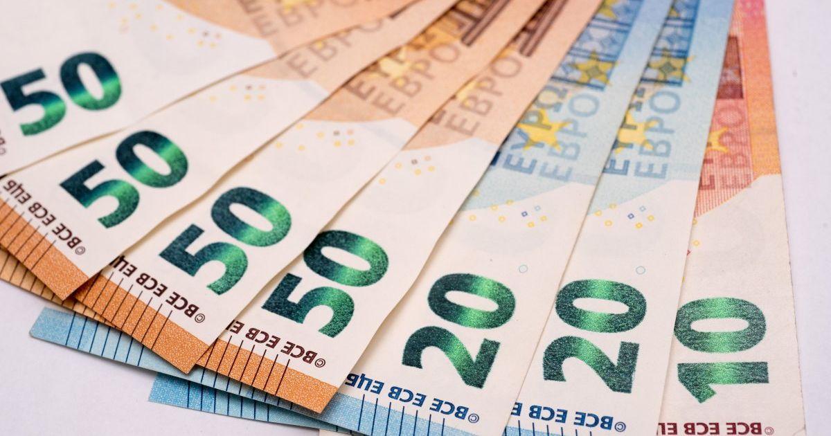Гривна вновь потеряла позиции, а евро установил новый рекорд в курсах Нацбанка. Инфографика