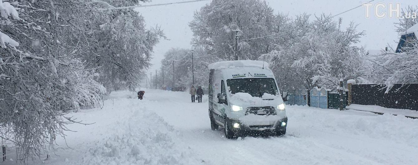 Через негоду без світла залишилися півтори сотні сіл, а Чернівці засипало снігом до колін