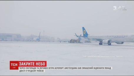 Из-за снегопадов и порывов ветра в Амстердаме отменили более двухсот рейсов