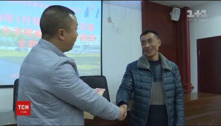 Водій китайського автобуса дивом врятував пасажирів під час обвалу каміння