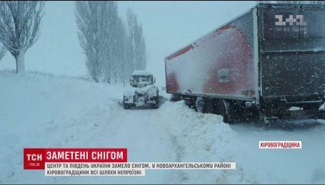 Снегопады осложнили движение на трассах в центре Украины и на Юге
