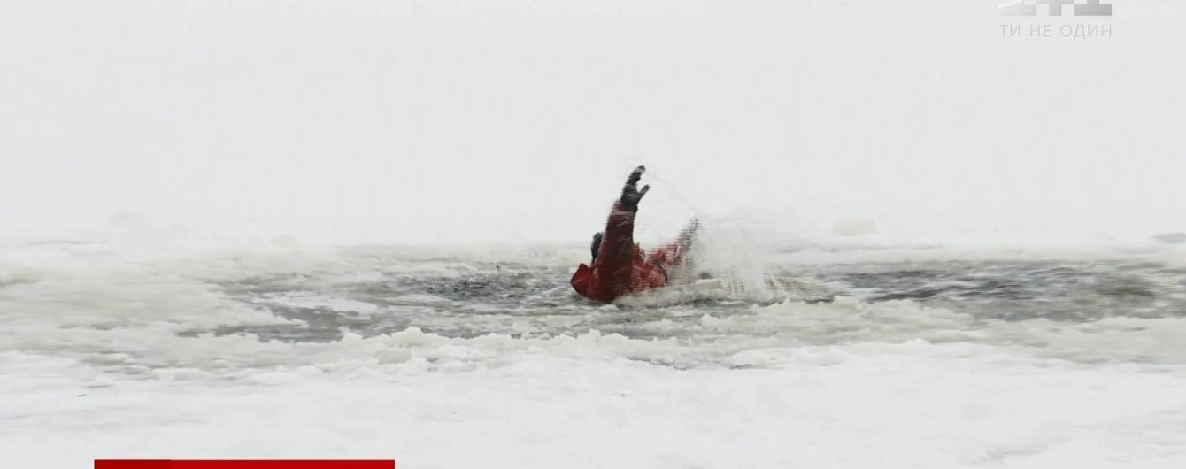 """""""Крига не зовсім стала"""": у ДСНС застерегли від виходу на лід, рибалки не зважають"""