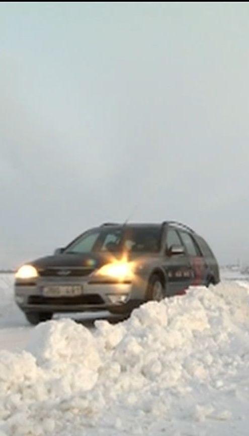 Снег, гололед и порывистый ветер - непогода Украины не отпустит