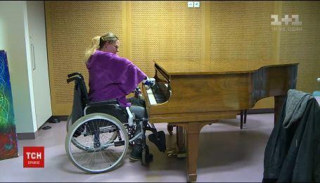 Француженка с пересаженными руками пытается играть на пианино