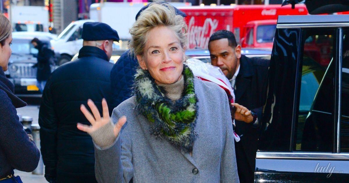 В стильном пальто и ярких сапогах: Шерон Стоун на улицах Нью-Йорка