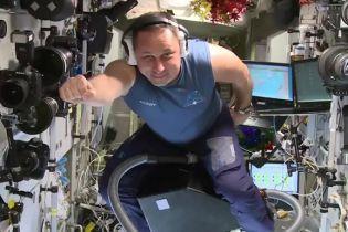 Російський астронавт політав на пилососі по МКС