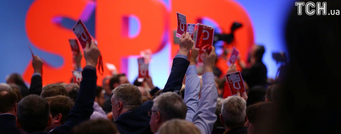 """Німецькі соціал-демократи дали """"зелене світло"""" коаліційним переговорам з партією Меркель"""