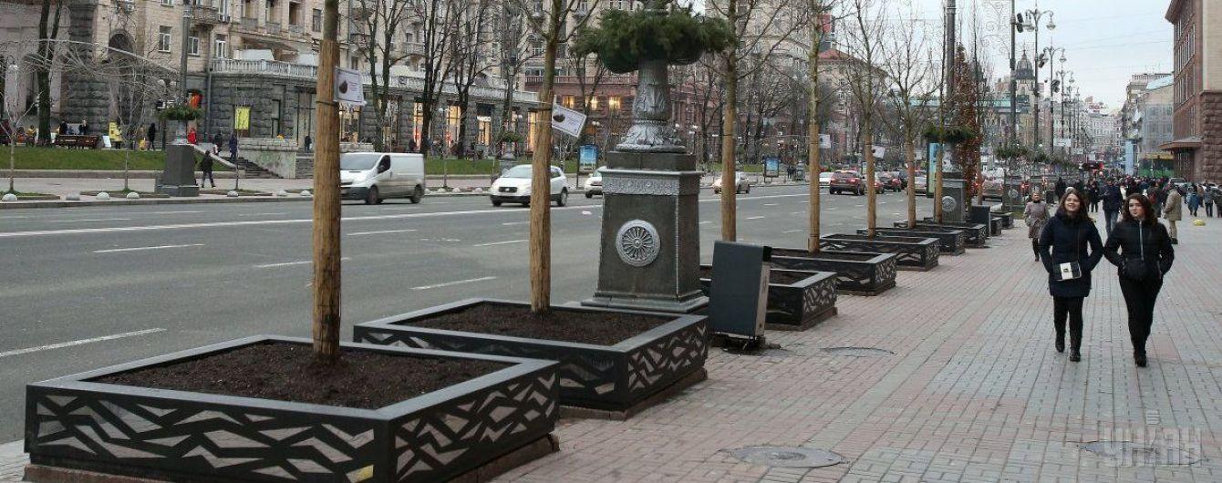 У центрі Києва на жінку впала будівельна конструкція