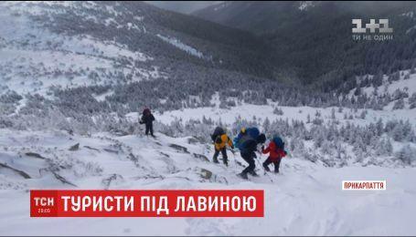 В Карпатах группа туристов попала под лавину