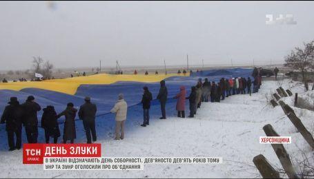 На админкордони с Крымом АТОшники и крымские татары развернули гигантский флаг Украины