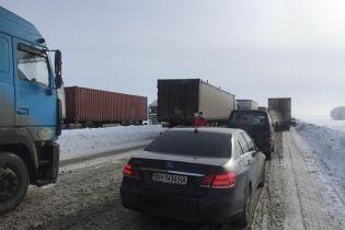 Из-за снегопада на Запорожье перекрыли движение для грузовиков, а 109 городов и сел остаются без света