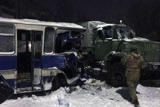 На Донеччині військовий КрАЗ зіткнувся з автобусом із шахтарями - восьмеро людей травмовані