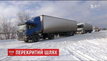 Вблизи Запорожья остановились десятки авто через нерасчищенные от снега дороги