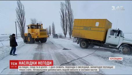 Из-за сильных снегопадов и гололеда спасатели помогают водителям выехать из снежных ловушек