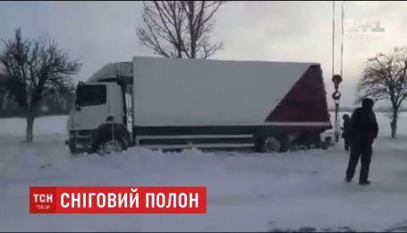 На Днепропетровщине автомобили застряли в снежном плену