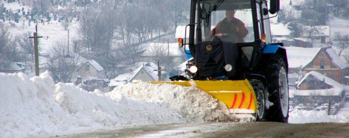 Снег на больших дорогах расчистили, теперь борются с гололедом