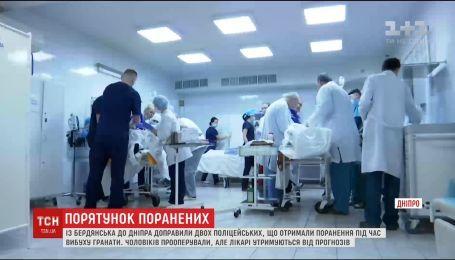 В больницу Днепра доставили вертолетом раненых в Бердянске полицейских