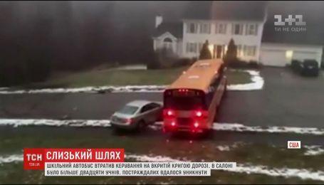 В США школьный автобус врезался в авто на скользкой дороге