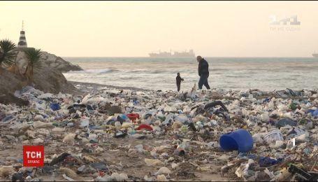 В Ливане на берег выбросило тонны мусора