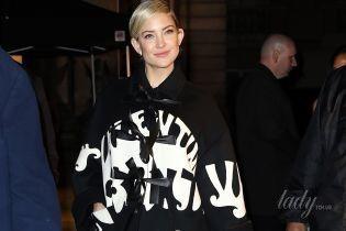 С новой прической и в пальто от Valentino: Кейт Хадсон на показе в Париже