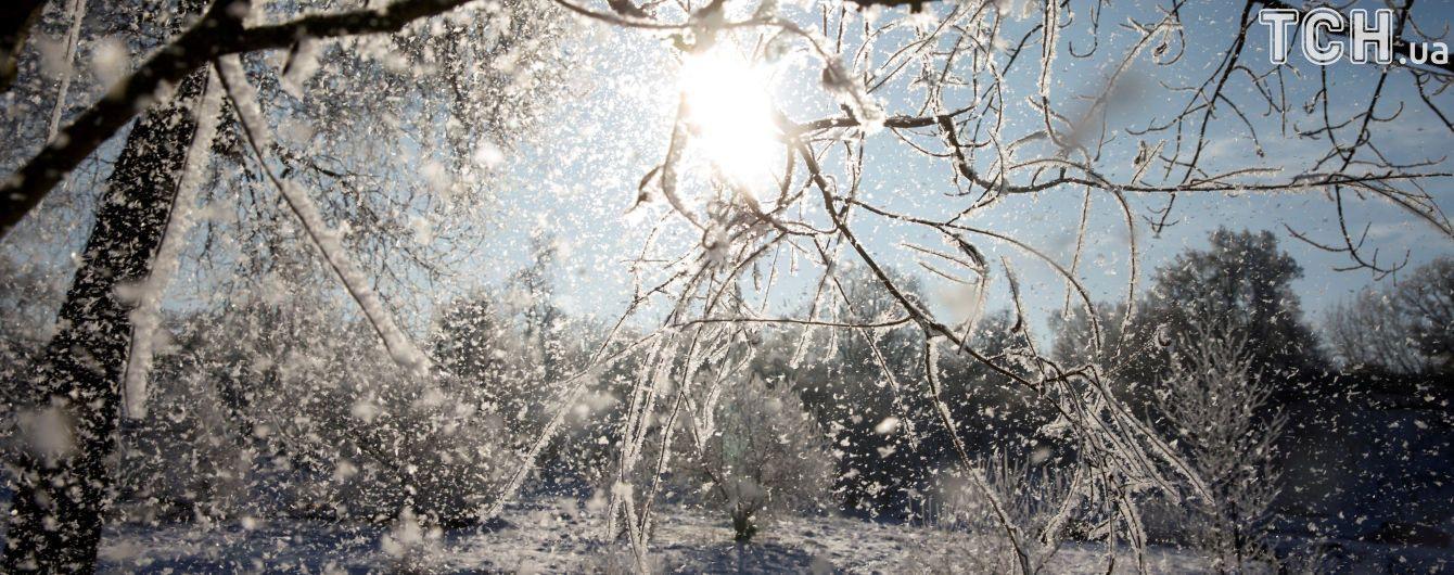 """Залита водою й засипана снігом. На Донеччині підрядник кинув школу """"зимувати"""" без даху"""