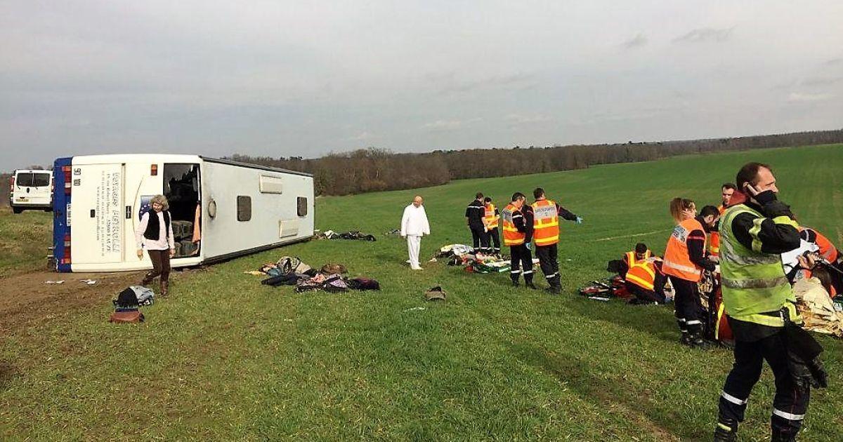 Во Франции школьный автобус столкнулся с легковушкой: пострадали несколько десятков человек