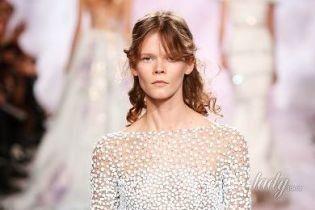 В розовом и прозрачном платьях: украинка Ирина Кравченко в эффектных образах продефилировала по подиуму Парижской недели высокой моды