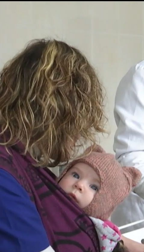 В Тернополе женщина-ветеринар оперирует животных с собственным младенцем в слинге