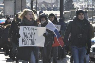 У Росії в 30-градусний мороз страйкують проти виборів Путіна. Поліція затримує людей