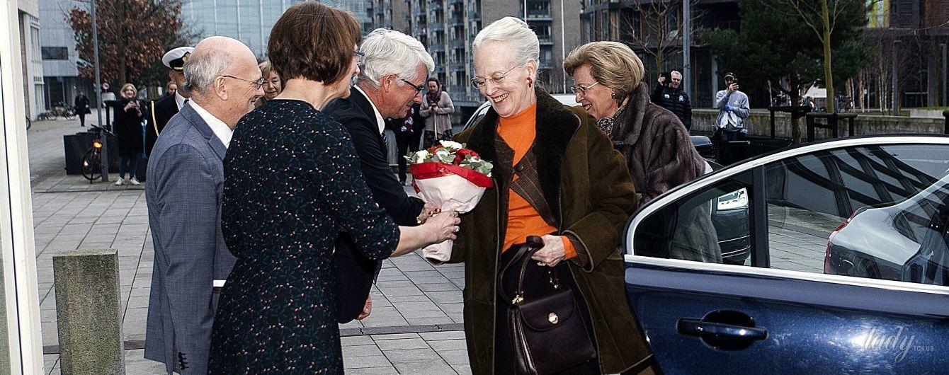 В яркой водолазке и с красной помадой: смелый образ 77-летней королевы Маргрете II