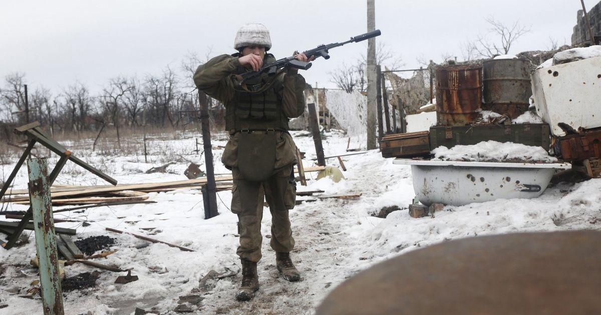 Украинских пограничников на Донбассе обстреляли с территории России