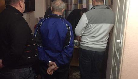 """В отеле Киева схватили еще одного грабителя из банды, которую """"крышевала"""" полиция на ж/д вокзале"""