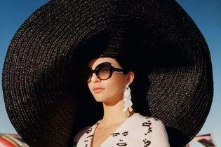Кендалл Дженнер в огромной шляпе позировала фотографу в пустыне