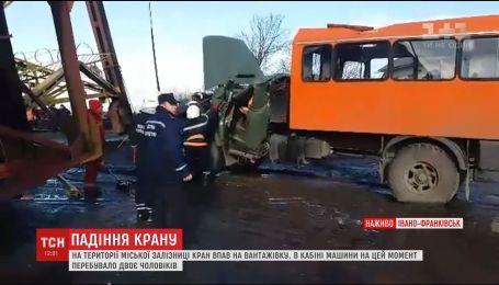 В Івано-Франківську будівельний кран упав на вантажівку, двоє людей загинули
