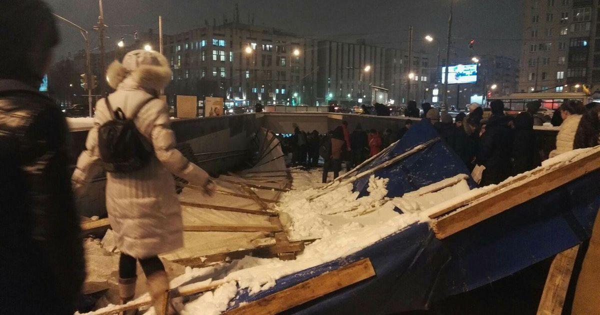В Москве на входе в метро обвалились строительные конструкции и привалили людей
