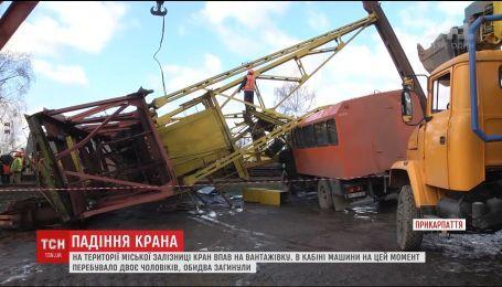 В Ивано-Франковске строительный кран упал на грузовик, есть погибшие
