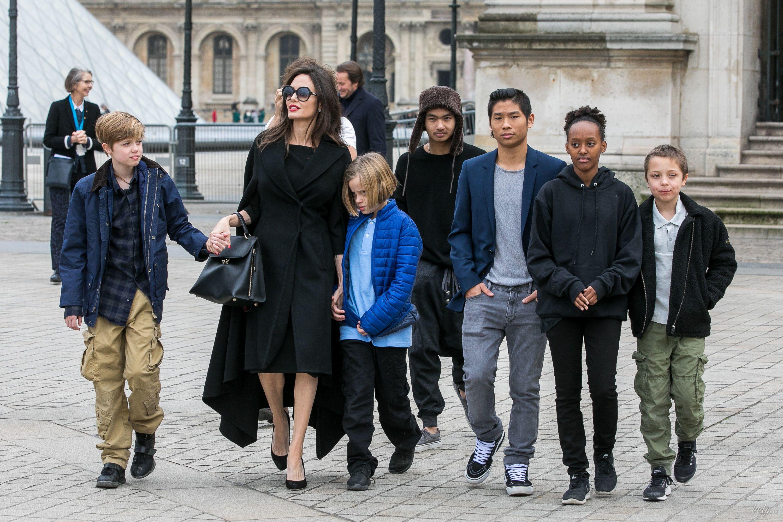 Анджелина Джоли с детьми в Париже_3
