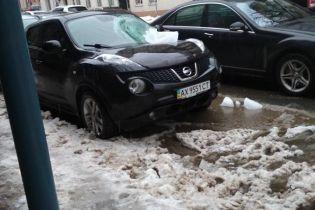 В центре Харькова ледяная глыба разбила припаркованное авто