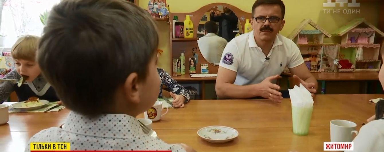 Мер Житомира з накладними вусами влаштувався працювати вихователем у дитсадок